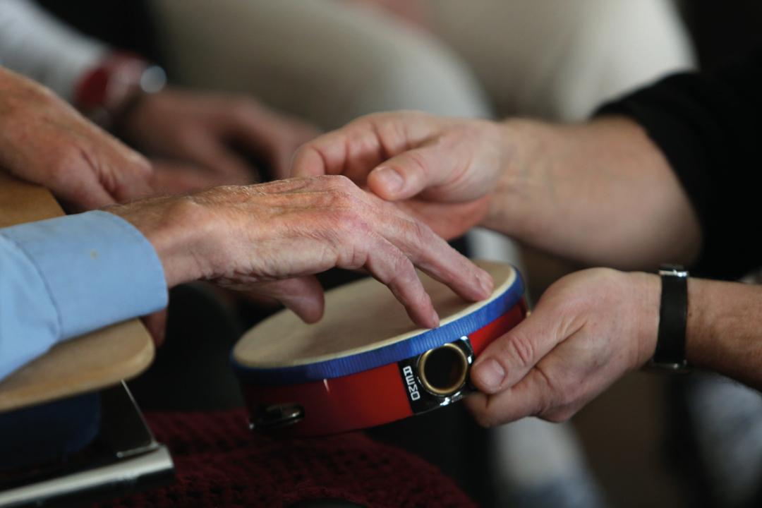 Workshop dementie en muziek door Philip Curtis in zorgboerderij Blessum.